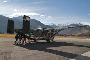 Pink Skyvan Tandemsprung Flugzeug in Zell am See 1